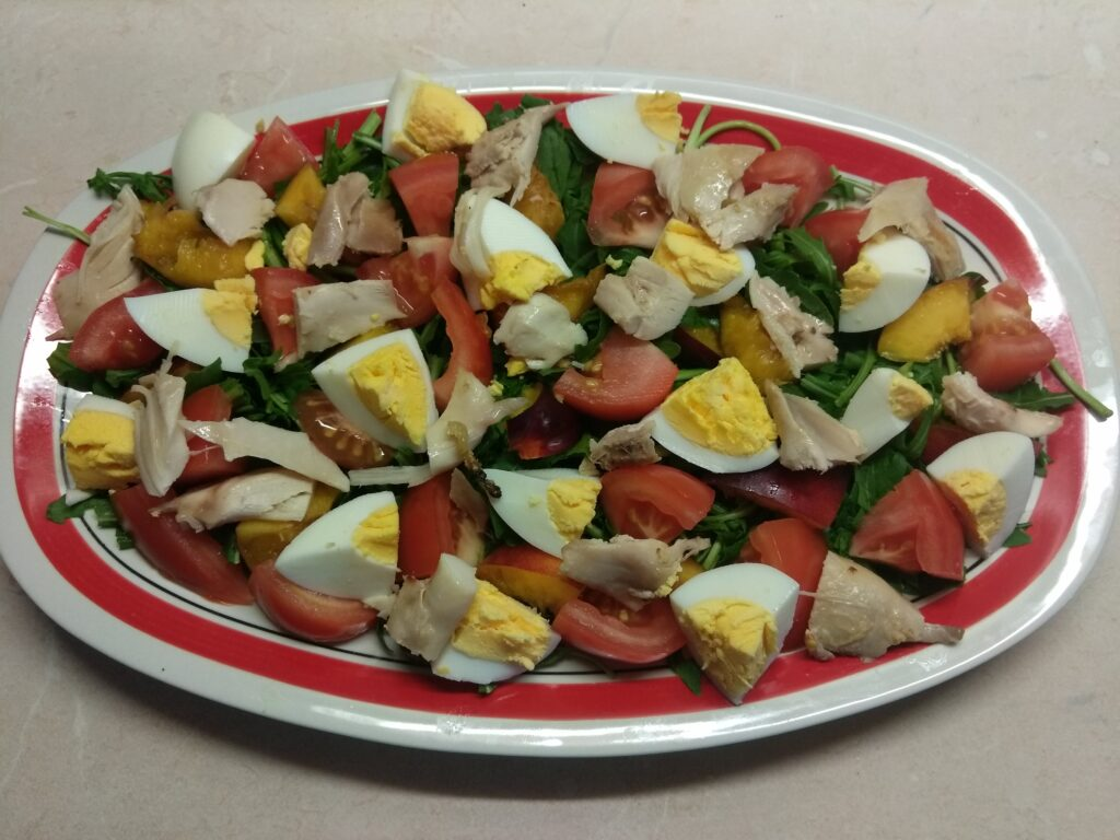 Фото рецепта - Куриный салат с помидорами и нектаринами - шаг 5