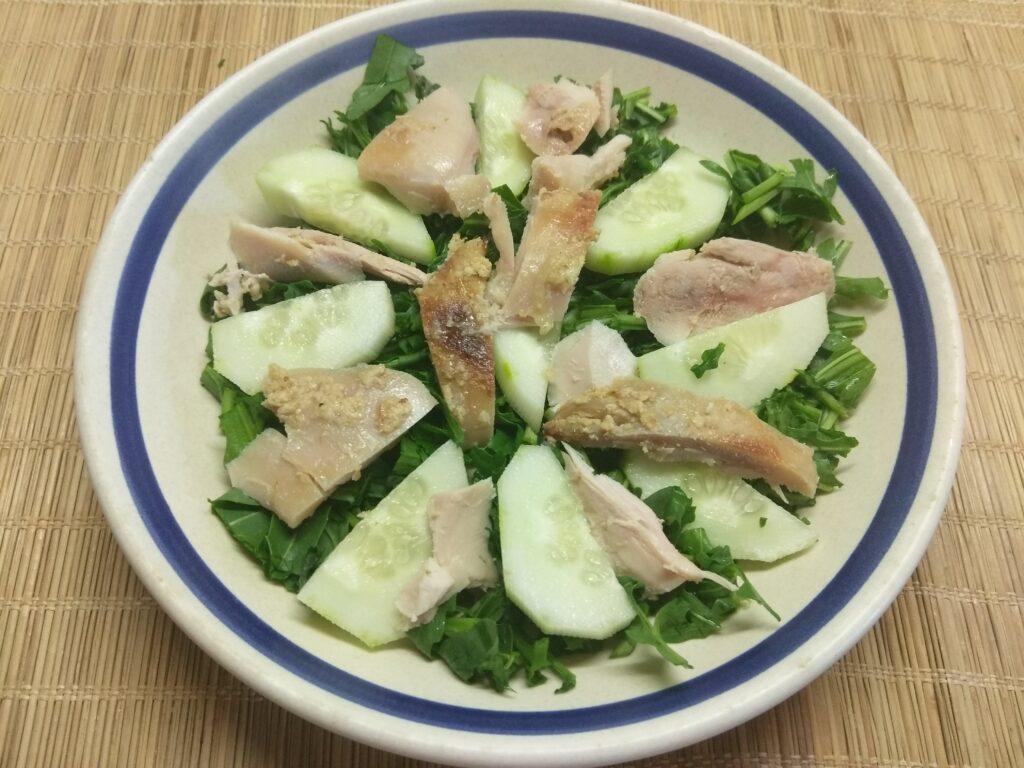 Фото рецепта - Салат из рукколы, огурца, курицы и болгарского перца - шаг 3