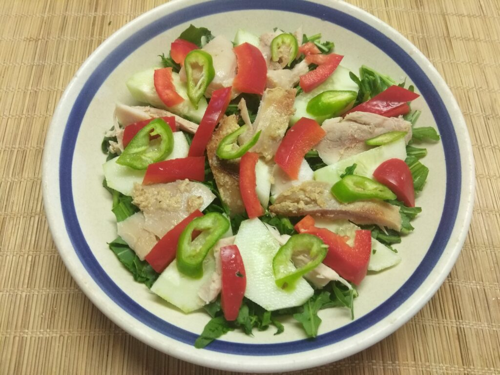 Фото рецепта - Салат из рукколы, огурца, курицы и болгарского перца - шаг 5