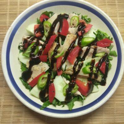 Салат из рукколы, огурца, курицы и болгарского перца - рецепт с фото