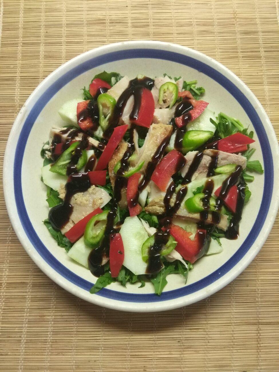 Салат из рукколы, огурца, курицы и болгарского перца