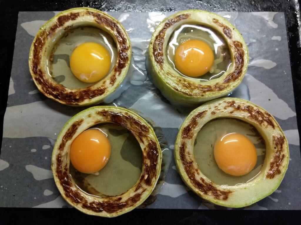 Фото рецепта - Омлет в кольцах из кабачка, запеченный в духовке - шаг 3