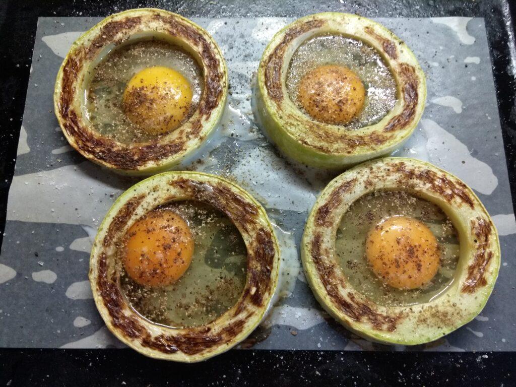 Фото рецепта - Омлет в кольцах из кабачка, запеченный в духовке - шаг 4