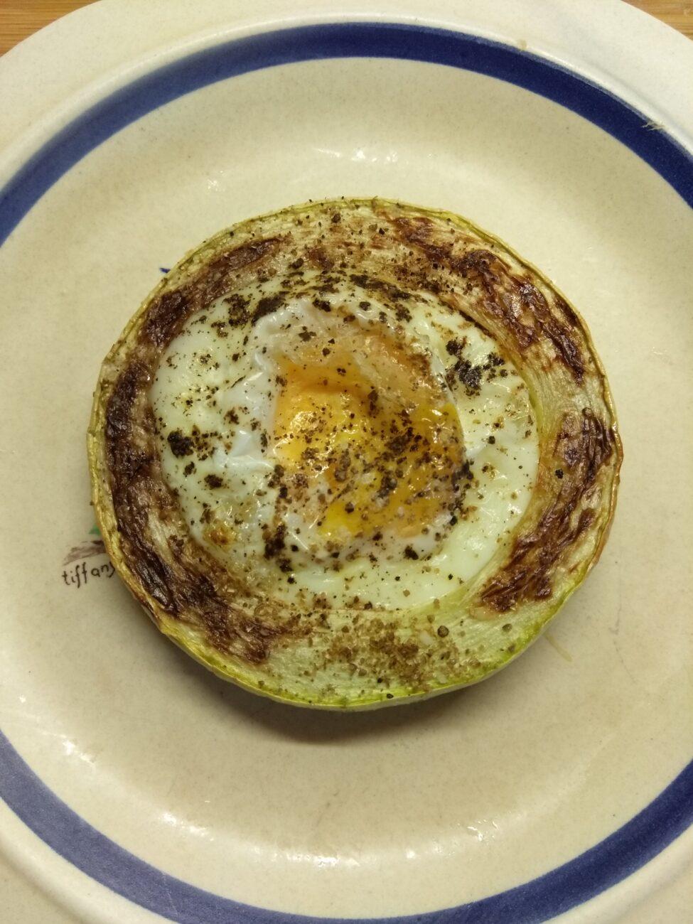 Омлет в кольцах из кабачка, запеченный в духовке