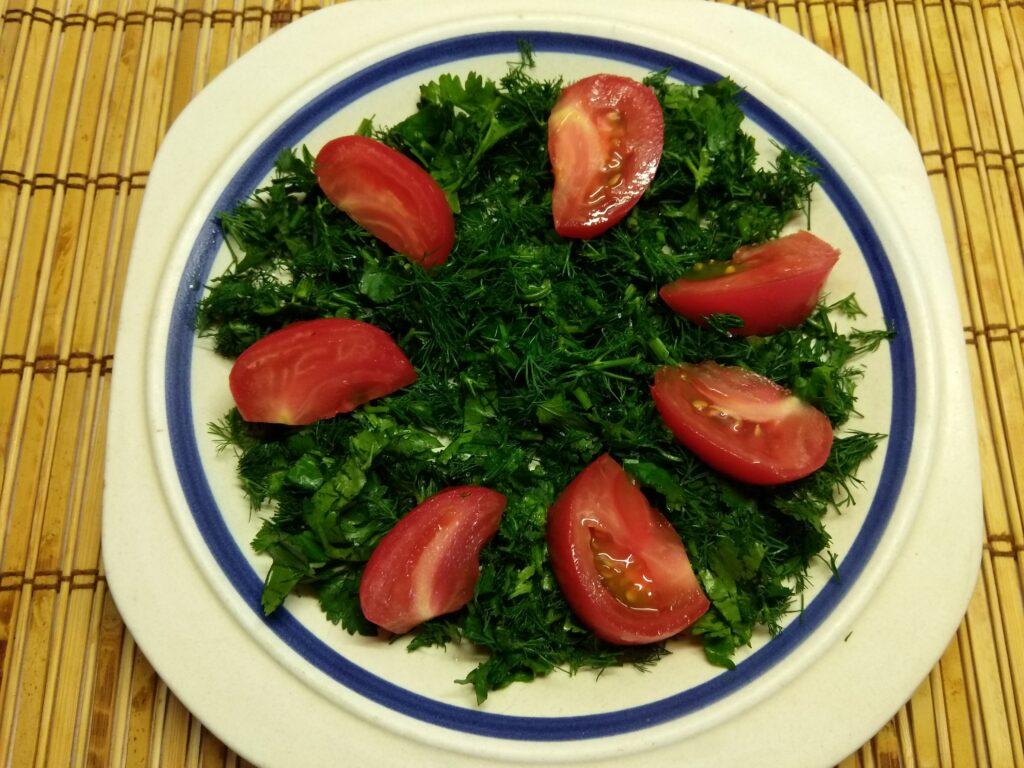 Фото рецепта - Салат с куриным филе, помидорами, ежевикой и консервированной кукурузой - шаг 2
