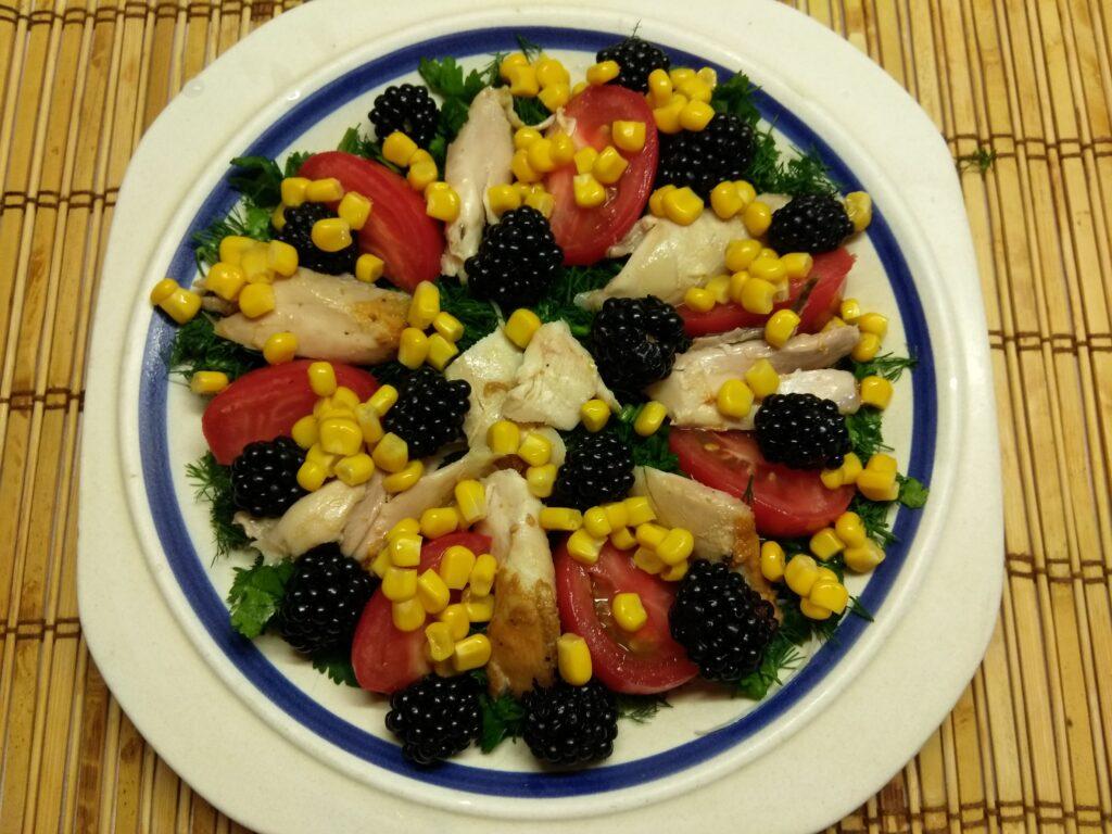 Фото рецепта - Салат с куриным филе, помидорами, ежевикой и консервированной кукурузой - шаг 5