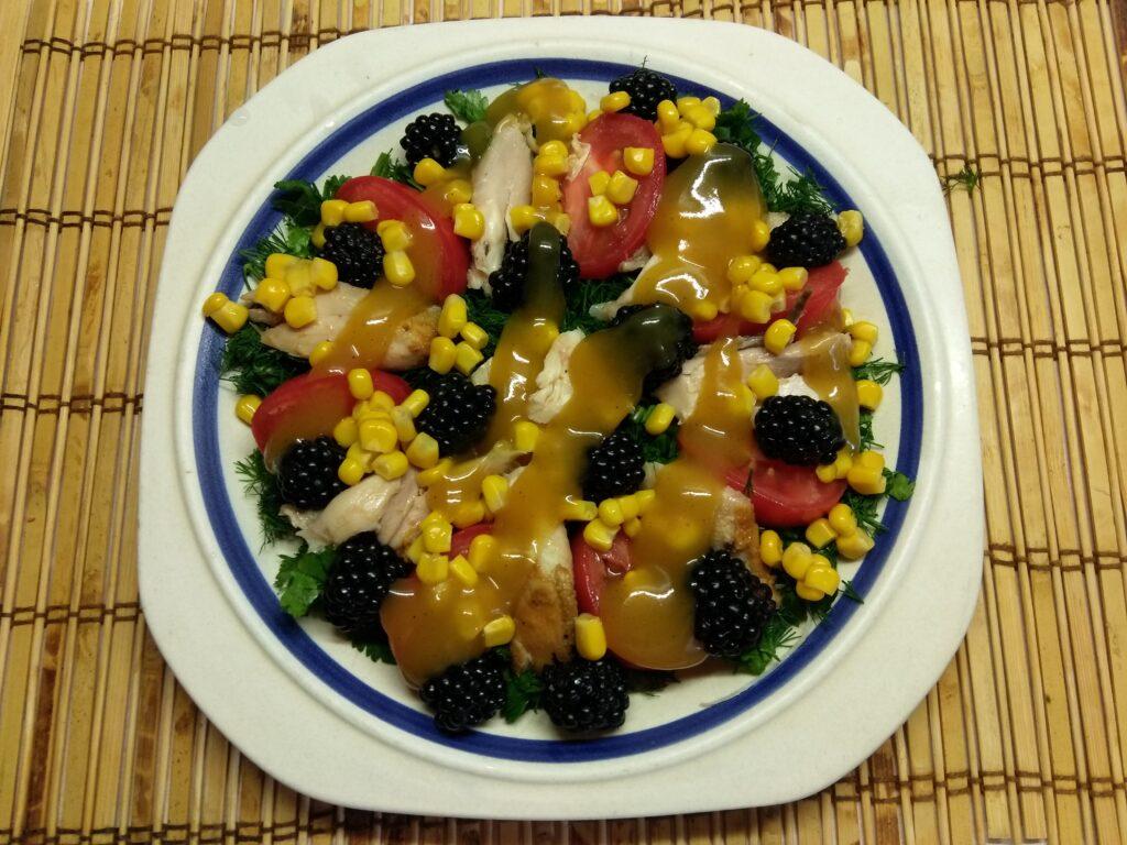 Фото рецепта - Салат с куриным филе, помидорами, ежевикой и консервированной кукурузой - шаг 6
