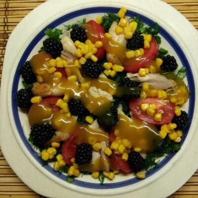 Салат с куриным филе, помидорами, ежевикой и консервированной кукурузой - рецепт с фото