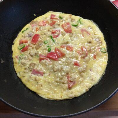 Фото рецепта - Омлет с куриным фаршем, помидорами и острым перцем - шаг 5