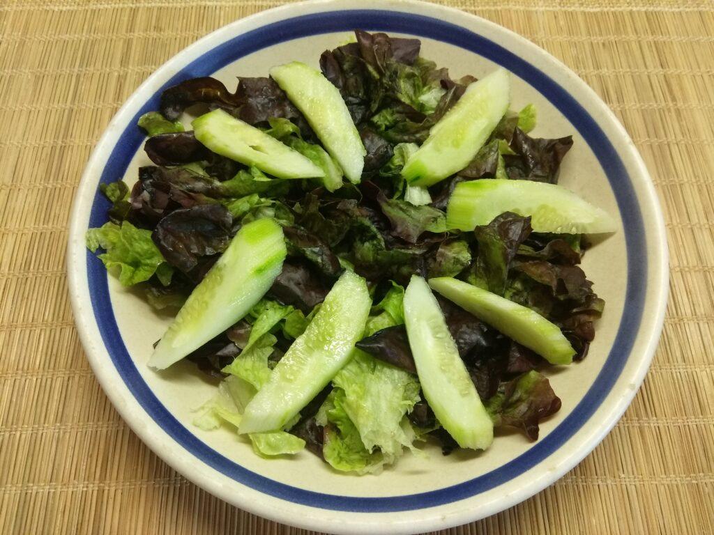 Фото рецепта - Салат с лососем, огурцами, консервированной кукурузой и острым перцем - шаг 2