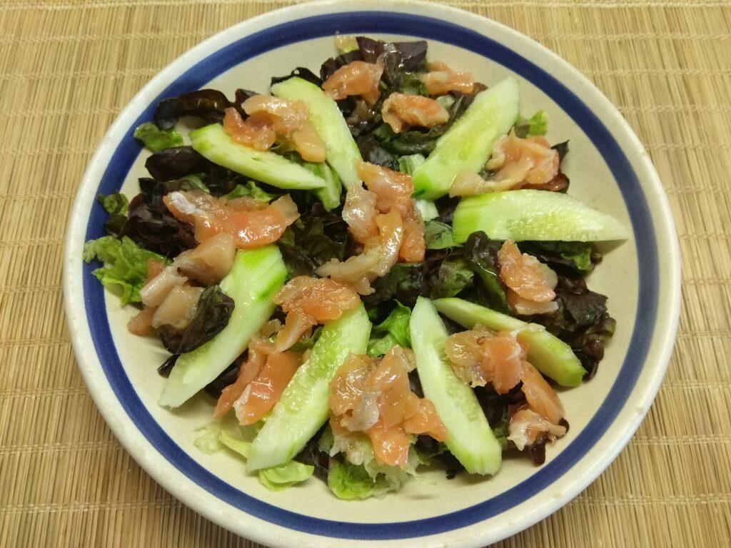 Фото рецепта - Салат с лососем, огурцами, консервированной кукурузой и острым перцем - шаг 3