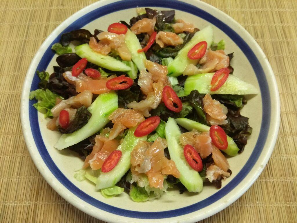 Фото рецепта - Салат с лососем, огурцами, консервированной кукурузой и острым перцем - шаг 4