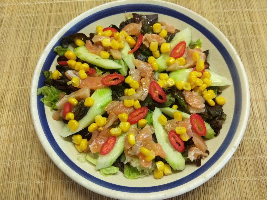 Фото рецепта - Салат с лососем, огурцами, консервированной кукурузой и острым перцем - шаг 5