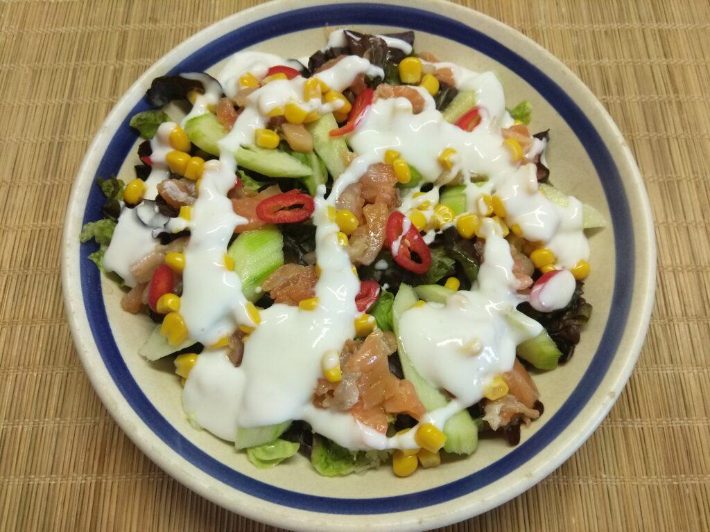 Фото рецепта - Салат с лососем, огурцами, консервированной кукурузой и острым перцем - шаг 6