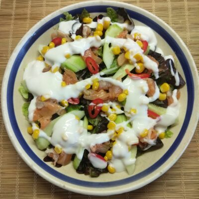 Салат с лососем, огурцами, консервированной кукурузой и острым перцем - рецепт с фото