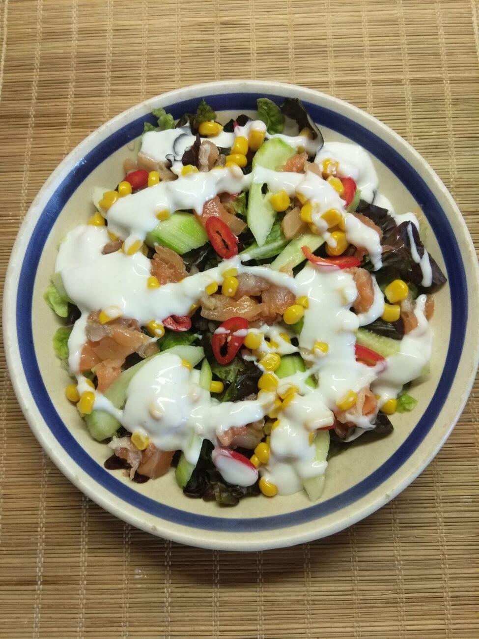 Салат с лососем, огурцами, консервированной кукурузой и острым перцем