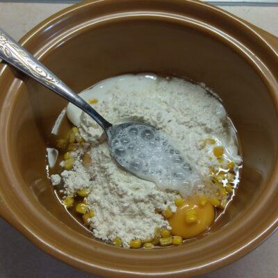 Фото рецепта - Кексы с консервированной кукурузой в микроволновке - шаг 4