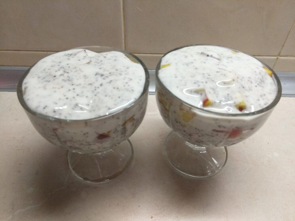 Фото рецепта - Десерт на йогурте с персиками, пряниками и маком - шаг 4