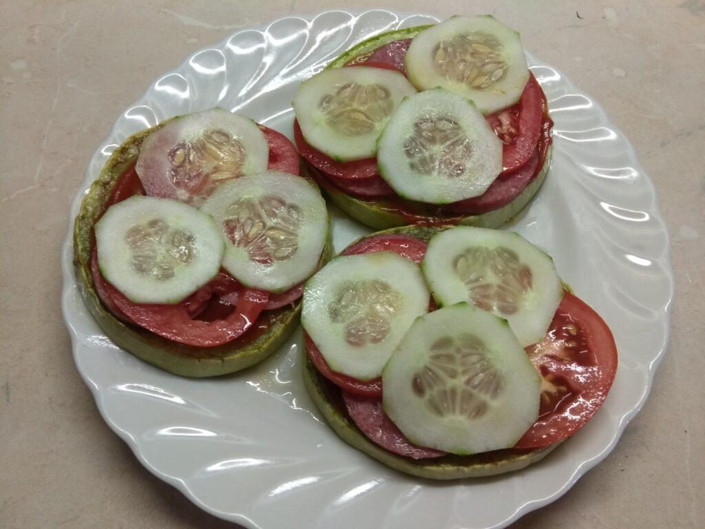 Фото рецепта - Сэндвичи из кабачков с колбасой, помидорами, огурцами и сыром - шаг 4