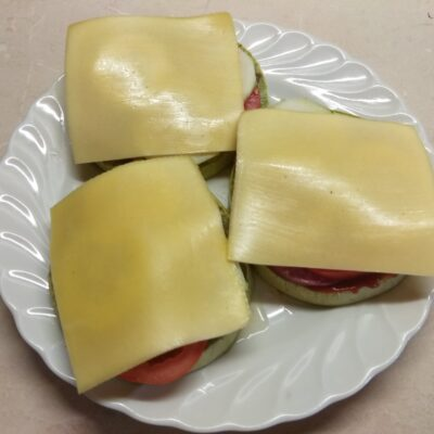 Фото рецепта - Сэндвичи из кабачков с колбасой, помидорами, огурцами и сыром - шаг 5