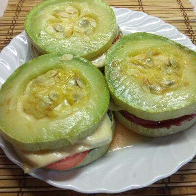Сэндвичи из кабачков с колбасой, помидорами, огурцами и сыром - рецепт с фото
