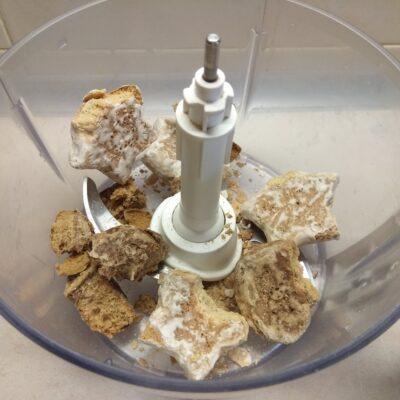 Фото рецепта - Шоколадный творожный чизкейк на основе из пряников - шаг 1