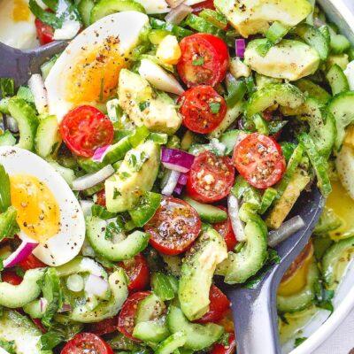 Овощной салат из авокадо, черри, огурцов и яиц - рецепт с фото