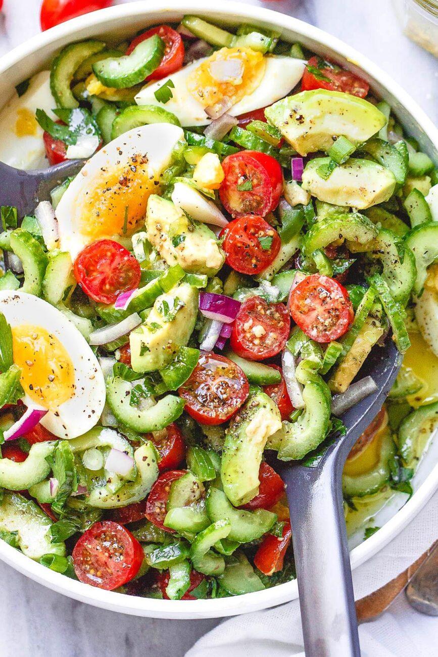 Овощной салат из авокадо, черри, огурцов и яиц