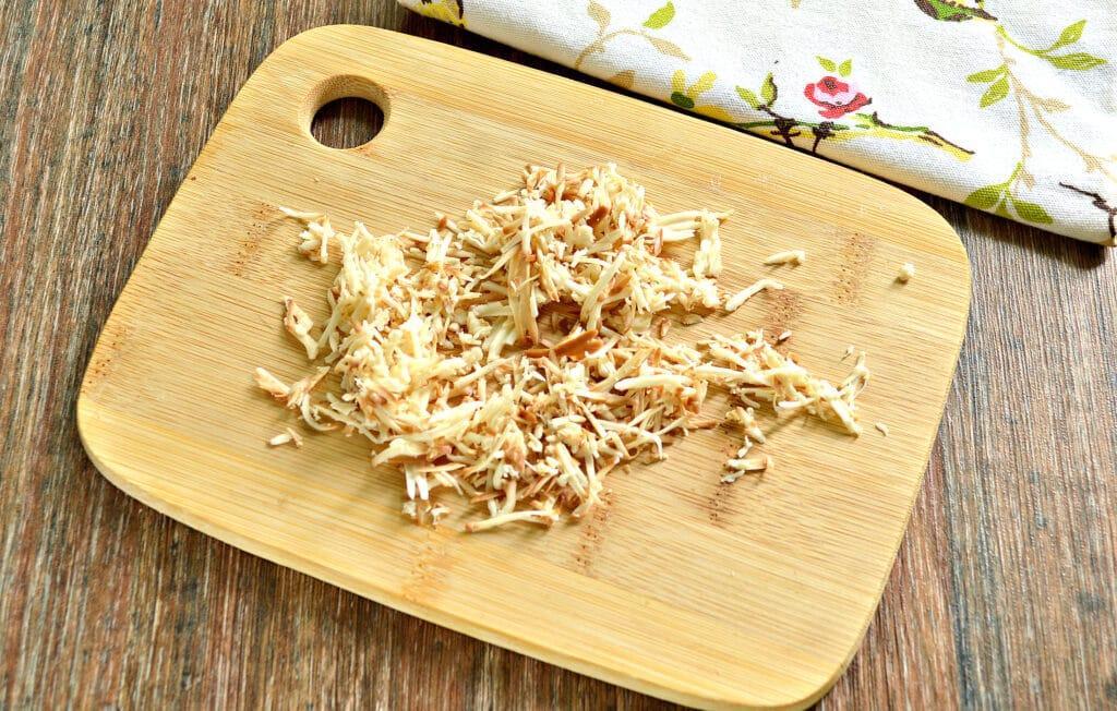 Фото рецепта - Яичница с помидором и колбасным сыром - шаг 1