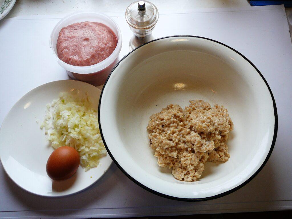 Фото рецепта - Курино-овсяные котлеты - шаг 1