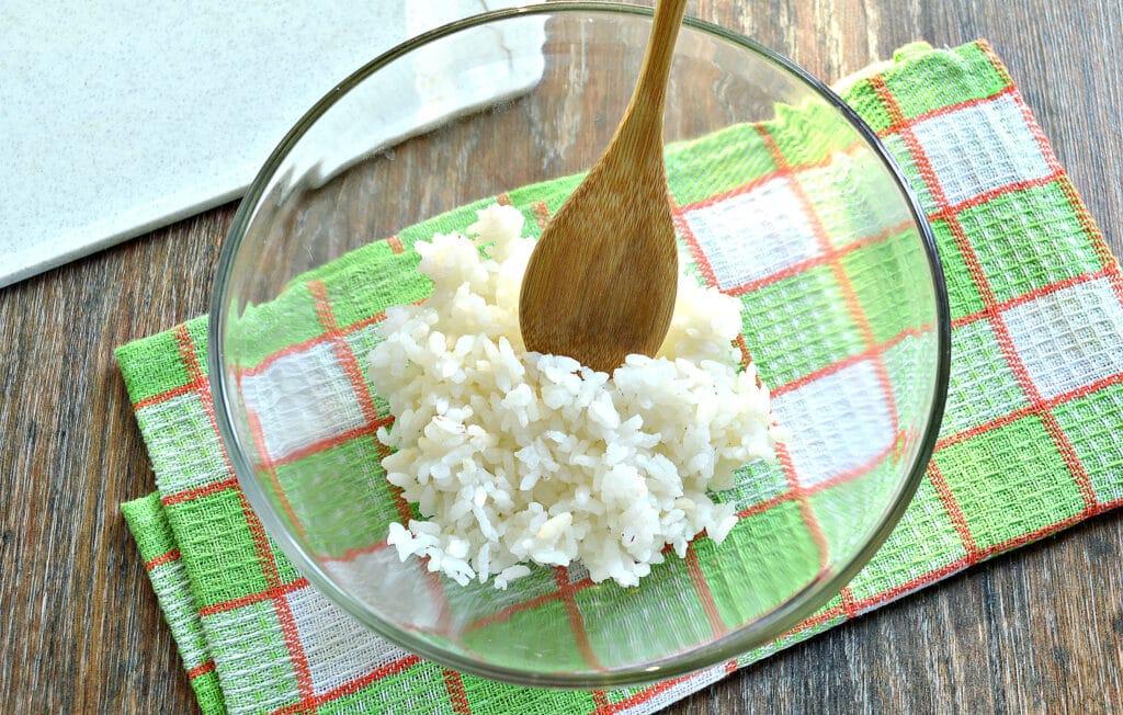 Фото рецепта - Рисовый салат с корейской морковкой и крабовыми палочками - шаг 1