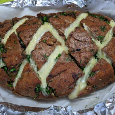 Оригинальный хлеб с чесноком и сыром - рецепт с фото