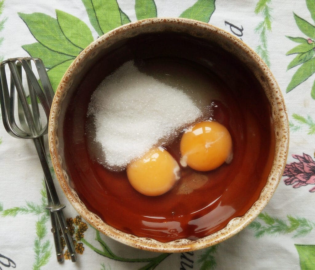 Фото рецепта - Шоколадный бисквит с вишней и грушами - шаг 1