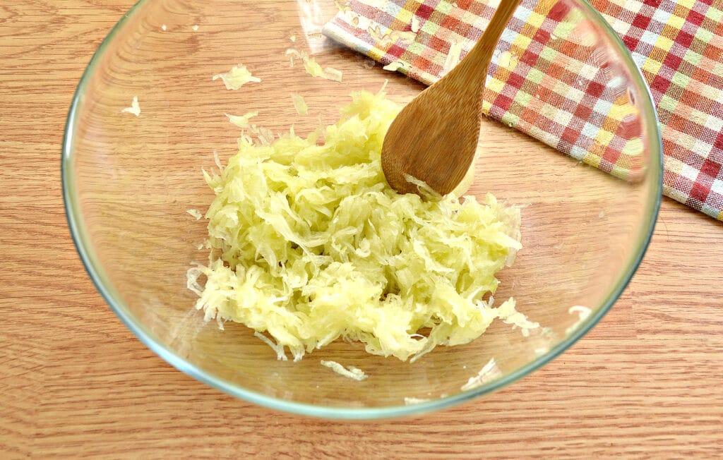 Фото рецепта - Биточки из мясного фарша с кабачками - шаг 1