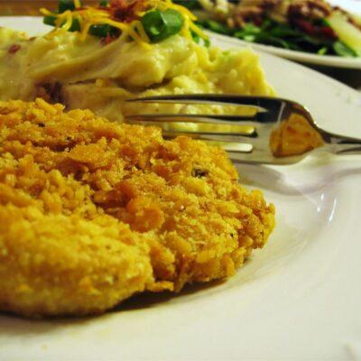 Запеченная куриная отбивная в чесночной панировке - рецепт с фото