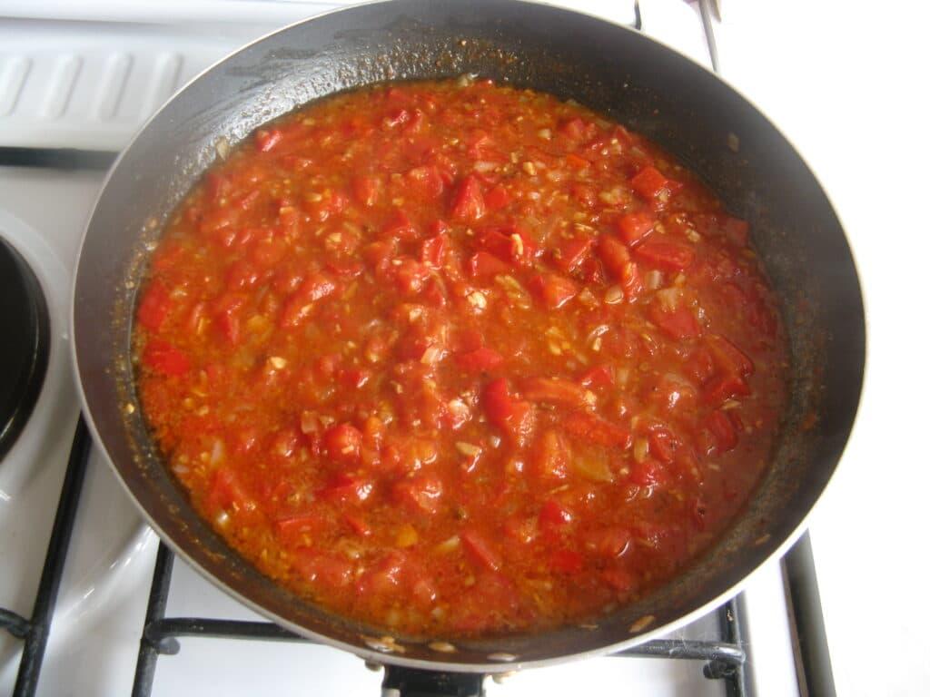 Фото рецепта - Куриные грудки с гречкой, тушеные в томатном соусе - шаг 10