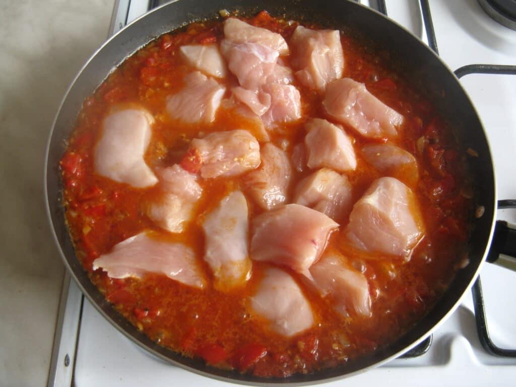 Фото рецепта - Куриные грудки с гречкой, тушеные в томатном соусе - шаг 11