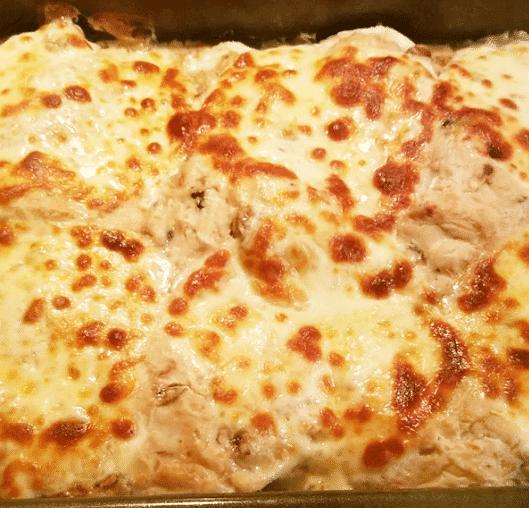 Запеченная курица с грибами в сметане с сыром