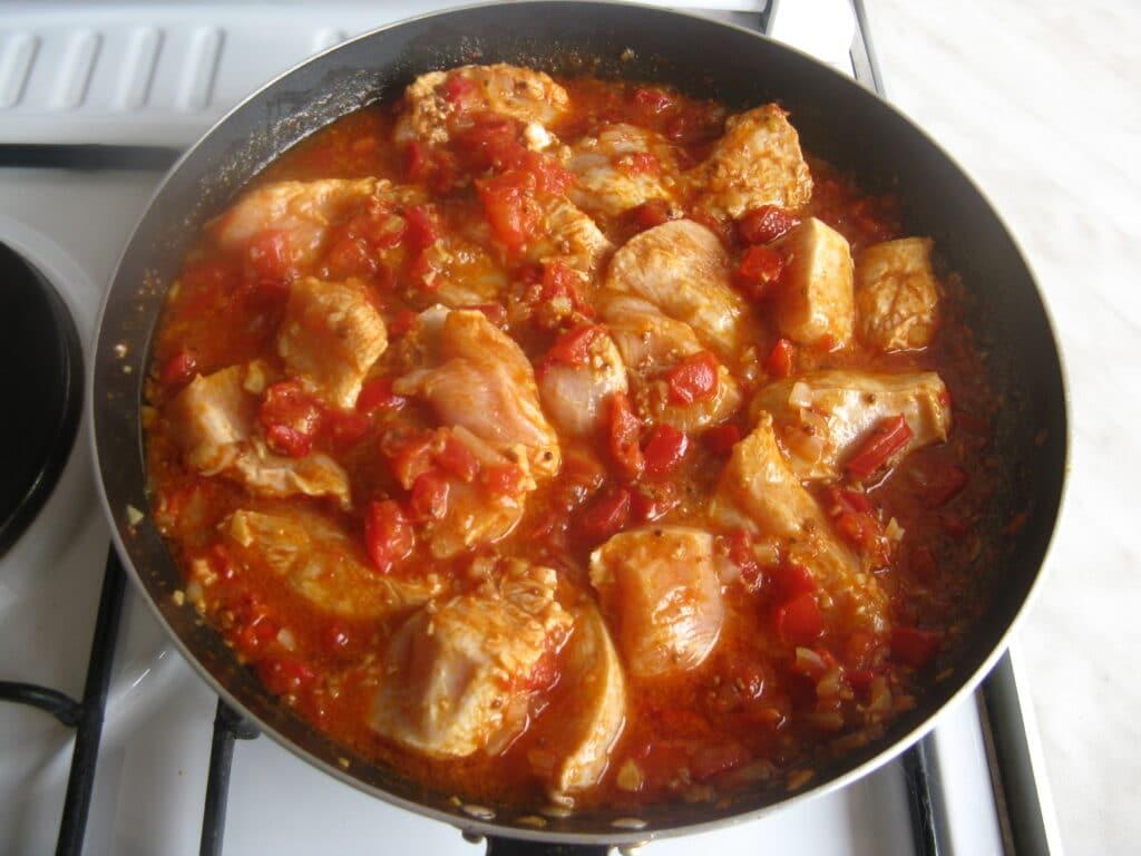 Фото рецепта - Куриные грудки с гречкой, тушеные в томатном соусе - шаг 12