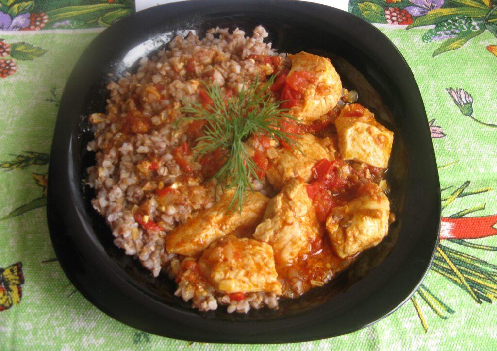 Фото рецепта - Куриные грудки с гречкой, тушеные в томатном соусе - шаг 13