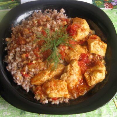 Куриные грудки с гречкой, тушеные в томатном соусе - рецепт с фото