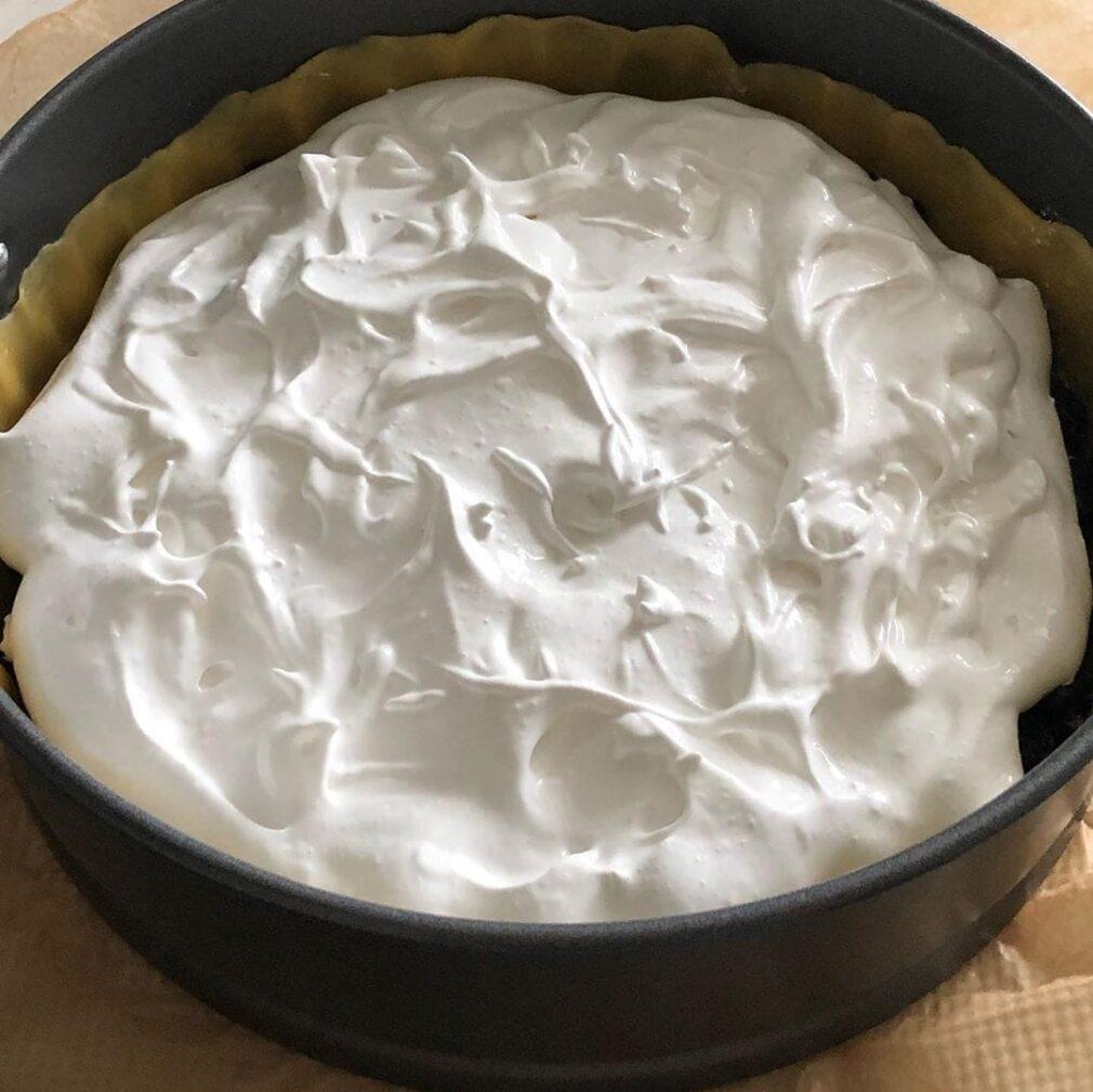 Фото рецепта - Пирог со смородиной и безе - шаг 5