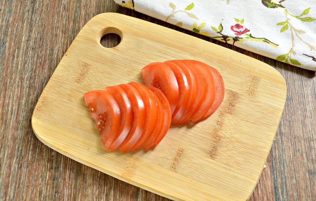 Фото рецепта - Яичница с помидором и колбасным сыром - шаг 2