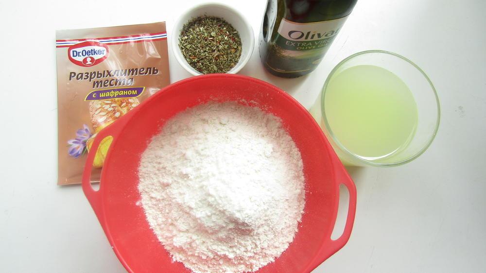Фото рецепта - Лепешка с итальянскими травами на сковороде - шаг 1