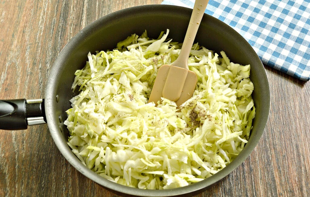 Фото рецепта - Манты с капустой и говядиной - шаг 2