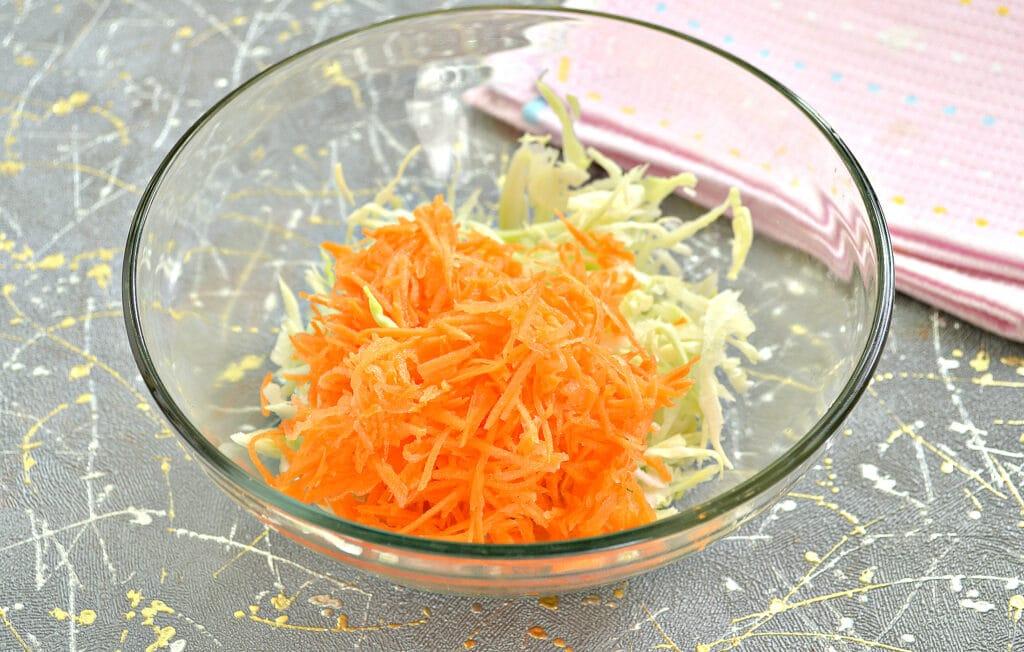 Фото рецепта - Капустный салат с колбасным сыром и сухариками - шаг 2