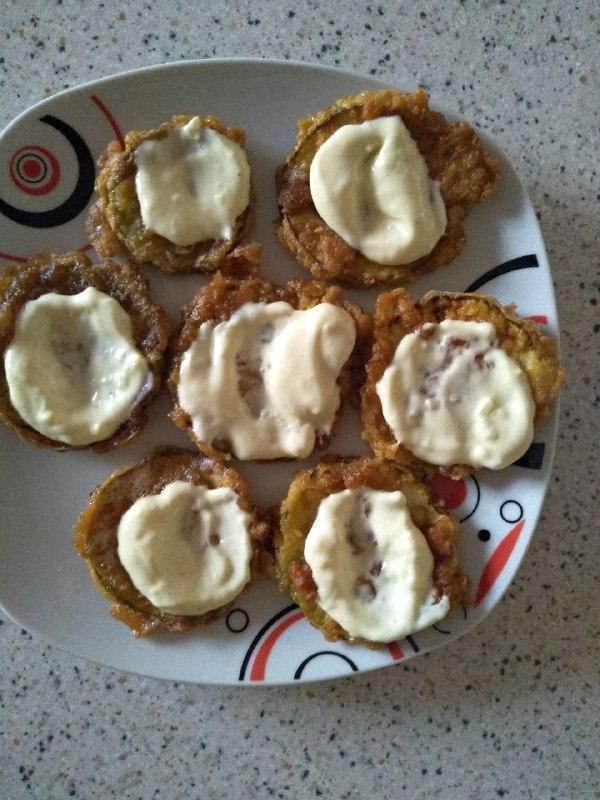 Фото рецепта - Закуска из кабачков с чесноком и помидорами - шаг 2