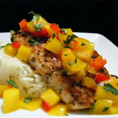 Запеченная маринованная рыба с рисом и сальсой из манго - рецепт с фото