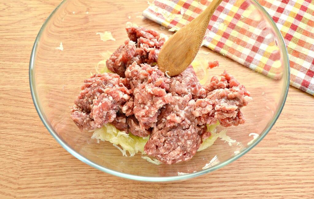 Фото рецепта - Биточки из мясного фарша с кабачками - шаг 2