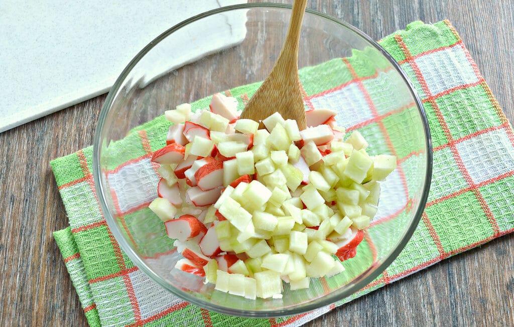 Фото рецепта - Рисовый салат с корейской морковкой и крабовыми палочками - шаг 3